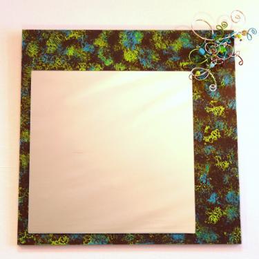 Miroir Chocolat Turquoise Anis Ce miroir est fabriqu� � base de bois MDF chantourn�, m�tal d'aluminium, peinture acrylique, perles en verre teint�es dans la masse. Poids 2kgs Dimensions 40x40cm Possibilit� de commander sur mesure et dans les couleurs souhait�es.