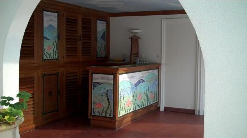 D�coration de pool house: mosaiques sur les de portes de placard et fa�ades du bar. Pour plus de d�tails rendez-vous sur le site: www.architecture-mosaique.fr