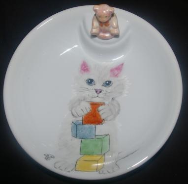 Assiette pour bébé avec bouchon en porcelaine  Pour conserver le repas chaud il suffit d'ajouter de l'eau chaude à l'intérieur de l'assiette et de remettre le bouchon  Modèle unique - Motif Chat  Dimensions : 17 cm de diamètre * 4 cm de haut