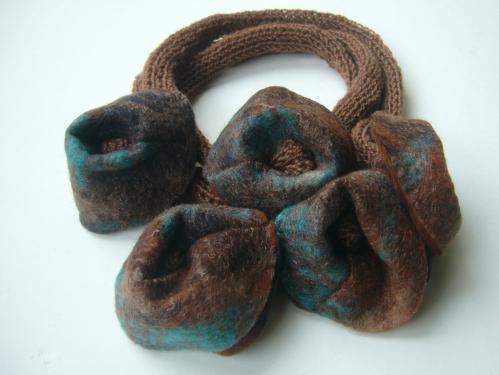 Collier roux/bleu tricot et feutre (pure laine)