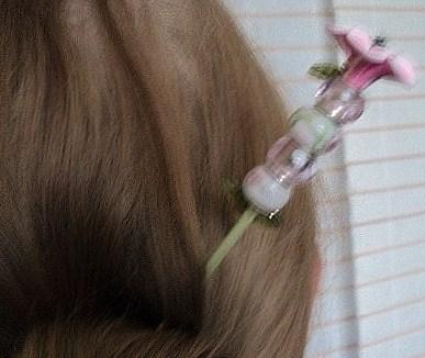 ROSE:Pic à cheveux sur pic en bois peint en vert et verni. L'extrémité du pic est surmontée d'une fleur en pâte polymère, à sa base deux perles de verre en forme de feuilles vertes. Quatre perles composent la tige de la fleur, deux perles en porcelaine décorées de fleurs roses et deux perles en verre rose transparent, décorées de petits point blancs. Le tout se termine par deux perles de verre en forme de feuilles vertes.