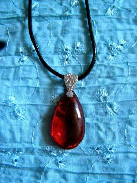 Collier fait main en verre rouge. Livraison gratuite partout en France.  http://www.alittlemarket.com/collier/fr_collier_pendentif_rouge_sous_forme_de_goutte_d_eau_-14565749.html