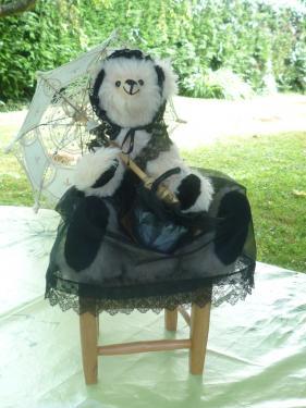 Léopoldine                                    41 cm debout ? 29cm assise Alpaga chair et mohair noir ouate de bourrage yeux bouton de bottine nez brodé coiffe + jupon noir avec dentelle panier habillé + ombrelle Juillet 2010