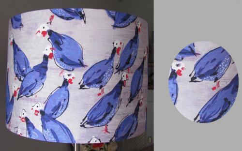 Abat-jour cylindrique pour suspension ou lampadaire en tissu contrecollé Lalie Design motifs pintades.