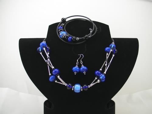 Ensemble collier inox et perles de verre, boucles d'oreilles inox / verre / hématite, bracelet à mémoire de forme verre et hématite.