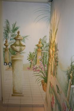 La création de ce décor a été réalisé dans un petit espace et à permit de donner illusion d'un lieu spacieux. Ici le décor est fait dans une descente escalier. La pierre , le carrelage ont été imité pour ne pas donner de rupture entre la réalité et le panoramique