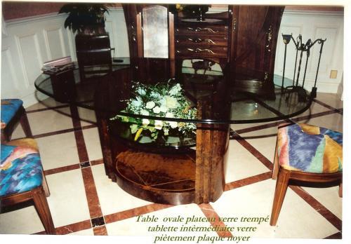 TABLE : structure contreplaqué  mis en forme (pompe sous vide )  plaquage ronce de noyer , étagère verre  dessus verre trempé mouluré .