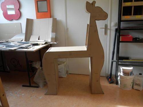 Girafe en carton (table � langer)  1M50 DE HAUTEUR 1M DE LONGUEURS 30CM DE PROFONDEUR avec commode sur roulettes qui se glisse dessous. Range couches dans le cou de la girafe. Finition en papier lokta de couleurs ivoire,caf� au lait et chocolat. Ce meuble peut aussi servir de bureau avec un rangement (la commode) ind�pendant