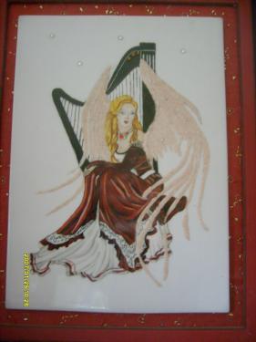 description la féérie plaque de porcelaine montée sur cadre dimension 45X50 les ailes de l'elfe sont en sable