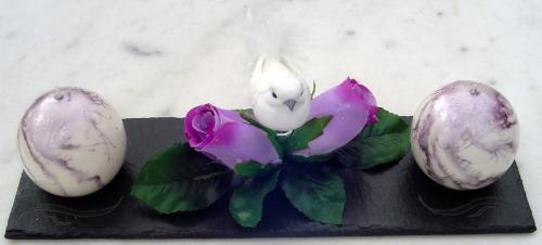 Centre de Table Roses Violettes et Oiseau Blanc  Dimensions du socle : 30cm de long. 10cm de large.  L'ardoise est vernie.  La bougie est en cire végétale et recouverte d'un vernis. Son diamètre est de 6 cm.  Idéal pour un mariage.