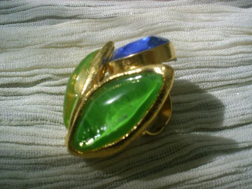 DIVINE Bague anneau doré réglable surmonté d'un cabochon de 2 cm bleu profond, entourage doré, 2 pierres de 4 cm vertes.     Longueur totale de la bague 5 cm.