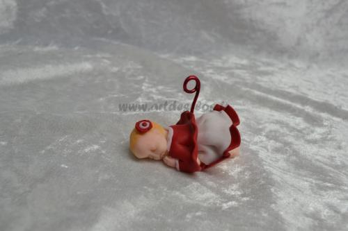 Bébé petite fille Produit fait main. Bébé en pâte polymère (fimo). Robe, cape et barrette rouge et blanche. L 3 cm / l 6.5 cm / H 3 cm Tige porte photo en aluminium rouge. Pays d'expédition : France. + frais de port 3,00 euros (ref bb48)