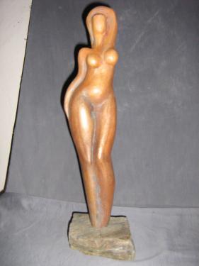 Femme debout sur socle pierre ,exposée Galerie du passage Ste Cécile...