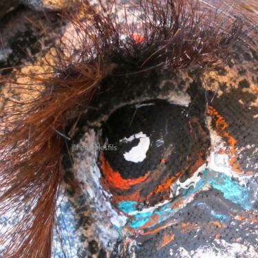 http://atoutcrin-entrelesfils.blogspot.fr/2014/01/rebecca-campeaux.html lien Rebecca Campeau  C?est lors de mes voyages en Irlande , durant mes escapades � cheval , qu ' est n�e ma fascination pour ce noble animal .  Lors de mes chevauch�es je regardais la crini�re de ma monture.  Presque hypnotis�e .   Et maintenant , des ann�es plus tard , j ai eu l occasion de travailler le crin .  J'aime ma petite Jument (e) a l'?il coquin                                                                                                                                                                  Rebecca.