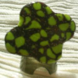 AMENDE: Bague sur anneau argent� r�glable, plateau en p�te fimo vert et marron verni