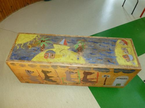 Peinture réalisée vers l'âge de 7 ans. (dessus du coffre).  Trop drôle là perspective !!!!