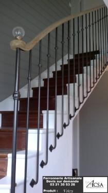 Rampe d'escalier compos�e de barreaux pos�s � l'anglaise, d'une main courante en bois et d'une boule en cristal.