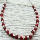Fabrice: Collier sur fil métallique perles en métal argenté et perle en verre opaque rouge