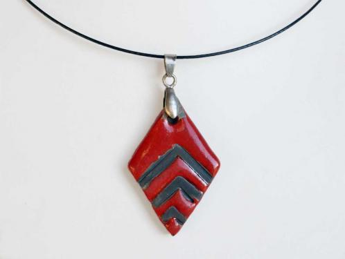 Collier léger rouge et noir losange