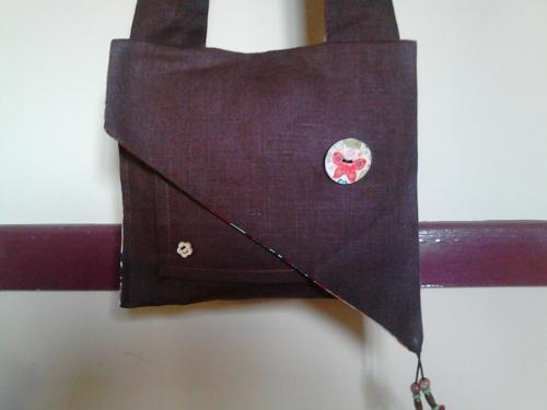 sac a bandoulière marron, intérieur multicolore, trois poches