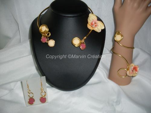 Parure fil alu doré, perles polaris effet velour jaune et framboise, orchidée tissus (Collier ajustable au tour de cou)