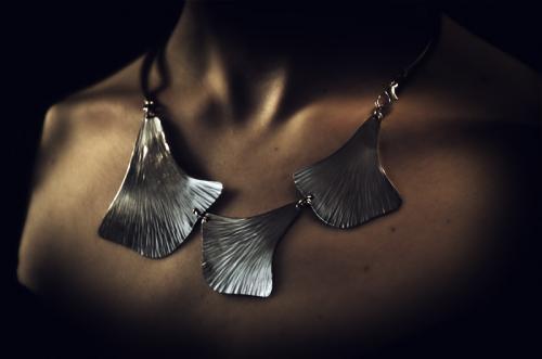 Collier Cascade Palmette.   Collier inox 3 feuilles de lierre martelées main et articulées. Tour de cou avec attache sur le côté.
