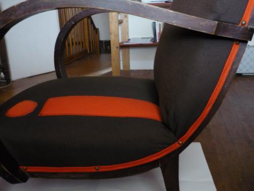 Fauteuil des années 60 avec accotoirs et passe-poil orange. Entièrement restauré et recouvert d'une compostion finale personnelle.