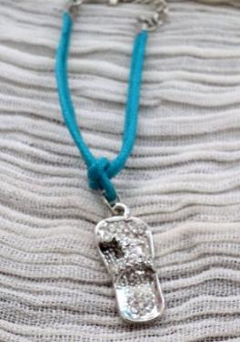 TONG:Bracelet en coton bleu avec fermoir mousqueton, accrochée une petite tong en métal argenté décorée de petits strass. Ce bracelet peut se transformer en collier avec le lien de votre choix