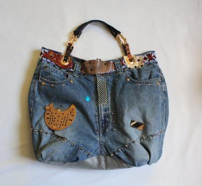 Très joli sac en jean, customisé et clouté. Doublure en tissus fleuri;Base du sac: tissus argenté;Cousu main pour une finition soignée; Anse cuir et breloque dorée. longueur anse38cm.Portée main ou épaule. dimension sac : longueur 46cm-hauteur : 30cm-profondeur : 12cm - fermeture aimantée Matériaux utilisés : cuir, jean, clous,perles