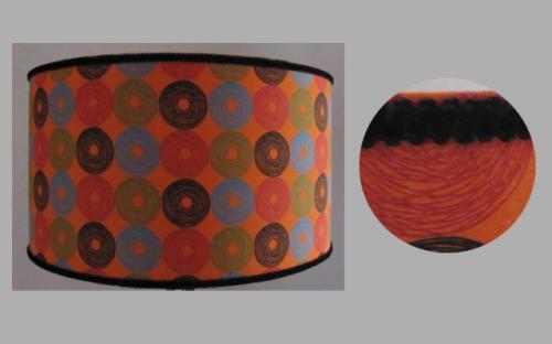 Abat-jour cylindrique pour lampadaire ou suspension. L'imprimé résolument moderne est rehaussé par un galon de velours noir.Monté sur un pied en fer forgé, cet abat-jour révèle un style Art Déco.