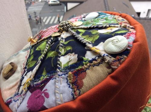 Voici un chapeau d'inspiration Ouzbek. Tissus toilé et patchwork de tissus sur le top. Des motifs de décoration sont apposés. Différents boutons de décoration. Modèle unique . Tour de tête : 60