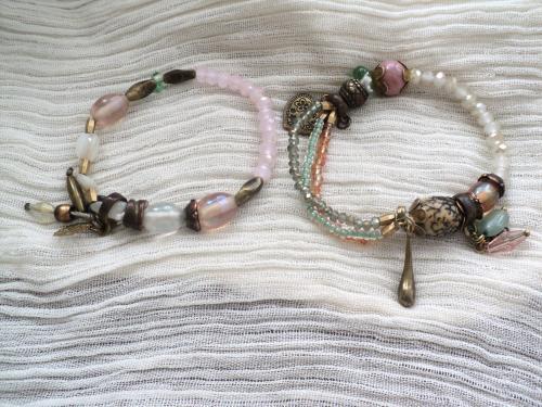 bracelets élastique style romantique composé de perles blanches et roses,des rocailles,des breloques,des perles en bronze.Les bracelets peuvent se porter seuls ou en duo.