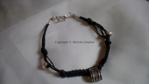 Bracelet (21 cm) , fil de coton noir, perles argentées Réf: BRH1