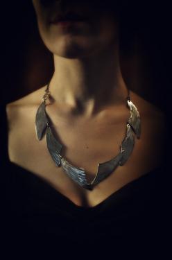 Collier Rivière Zephyr.  Collier 6 ailes inox, martelées main et articulées. Tour de cou avec attache sur le côté.