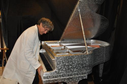 Serge Delbouis vérifie la perfection de  l'emboîtement de toutes les pièces du piano...
