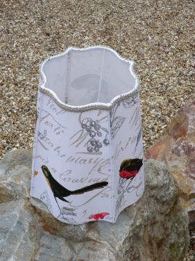 Abat-jour réalisé sur le modèle d'un carré alsacien avec un tissu en coton au décor d'oiseaux. Hauteur 33 cm - Diamètre haut 19 cm - Diamètre basse 30 cm Culot E27