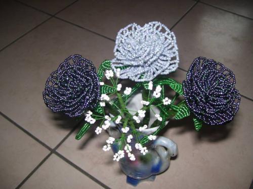Commandes de 9 roses dans les tons noirs, gris et blanc avec gypsophile. Vendu 45 euros
