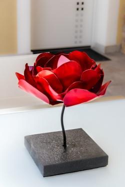 Rose sur socle granit