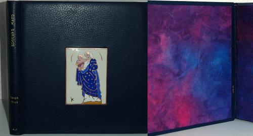 ALBUM PHOTOS DE MARIAGE Reliure 26x25cm, buffle bleu marine sur carte noire 270g Email champlevé : vierge de la chapelle où le couple s'est marié Dorure : feuille d'or 22 carats (prénoms et date) Papier népalais