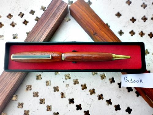 quoi de mieux que d'offrir un cadeaux qui servira au quotidien a un être cher. La personne a qui vous l'offrirez aura une pensée pour vous chaque fois qu'elle utilisera ce stylo. ce stylo est tourné sur mon tour a bois, par moi-même dans mon atelier Bressan.le bois utilisé est du padouk. ce stylo est livré dans un écrin plastique prêt a offrir. Ce stylo est unique et vous recevrez celui de la photo