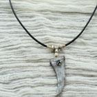Jones: Pendentif en pâte fimo décoré d'un strass noir et d'une bande de métal argenté , le pendentif est fourni avec in fil de cuir noir