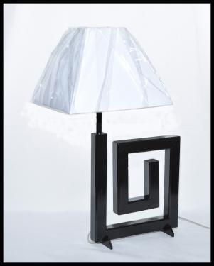 Lampe Aphrodite noir ( petit modèle ) Acier peint couleur noir, abat-jour carré blanc de 25 cms de côté. Possible sur commande