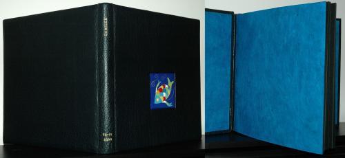 ALBUM PHOTOS DE NAISSANCE Reliure 26x25cm buffle bleu marine Email cloisonné : poisson Dorure (prénom et date de naissance): feuille d'or 22 carats Papier de garde népalais turquoise
