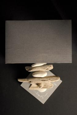 Applique murale Esprit de Lagon. Abat-jour et base assortis ici en gris sardine. L25 P12 H35 Ampoule 15 Watt max non fournie