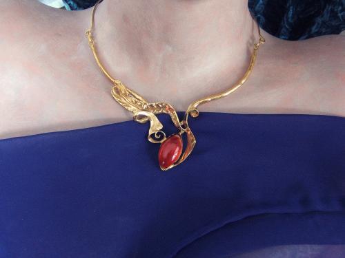 collier laiton doré et verre rouge décor feuille