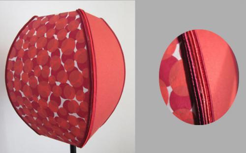 Une création originale pour ce carré bombé habillé sur deux faces d'un papier japonais, et sur les deux autres d'un satin de coton. L'ensemble est souligné de soutache sur les quatre arêtes pour rappeler les couleurs du papier japonais.