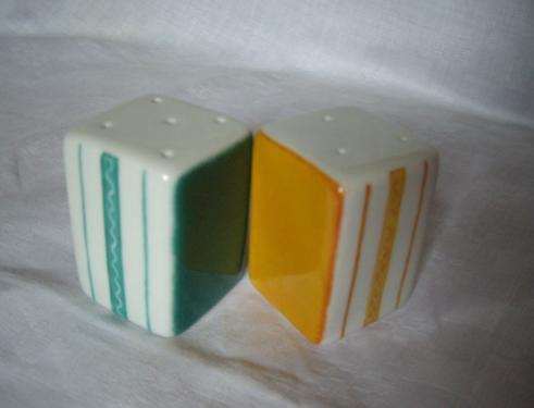 Salière et poivrière orange et vert. Côté rayures et 2 autres côtés unis.