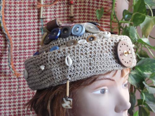 une casquette décontractée , tout en patchwork  Jean et tissus  madras agrémentée de discrets bandeaux  de cuir.  des confettis de cuir pour enjoliver l'ensemble. modèle unique car vous l'êtes également. Notez la jolie visière en tissu Wax et les ornementation  de bandes de cuir . Jolie doublure en tissus. Tour de tête :  51 /  53