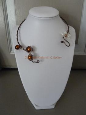 Collier alu doublé marron, perle fleur lucite nacrée, perle magique marron Réf: CO06141