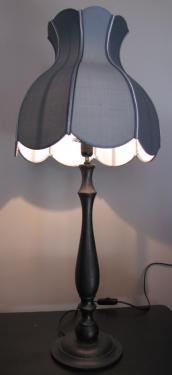 Cette lampe aux formes très douces est réalisée à partir d'un abat-jour tulipe en soie de chez Zimmer + Rhode, contrecollée et agrémentée de 2 soutaches dans le même colori bleu pétrole et d'une troisième dans le ton argenté.